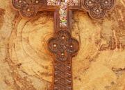 Cruz de madera grande incrustada