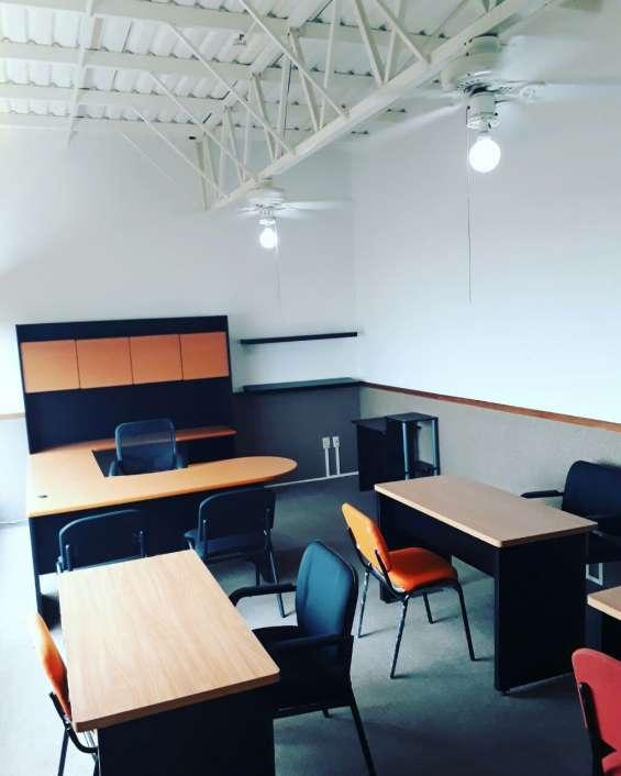 Amplia oficina, mobiliario y servicio de calidad